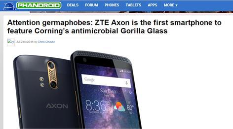 """""""中兴AXON成为第一款使用康宁大猩猩抗菌屏的安卓手机,我们不得不承认这将相当酷。这能帮助我们杀死并防止细菌、霉菌、真菌等的积聚。""""有人说,手机屏幕比马桶盖还脏,一块有效抗菌的手机屏幕,谁不想拥有呢?AXON手机屏含有抗菌物质,能有效保护触摸屏表面免于细菌污染。"""